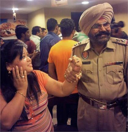 """Comedian Bharti is arrested by the Punjab Police . You must be surprised , thinking what the hell she did that police had to arrest her . So , the image of the Bharati taken during the shooting of upcoming Punjabi film""""Mundeyan Ton Bachke Rahin"""". In this photo , carrying Bharti is arrested by the police . The film Mundeyan Ton Bachke Rahin Bharti is in the lead role . Bharti 's film going to be released on May 30 . Bharti is Known by Every Child these days because she likes to do the TV show which has proved the importance of his artistry to make the audience laugh. Narvinder Kirpal Singh directed this movie."""